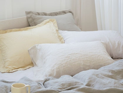 Organic linen bedding in straw and fog